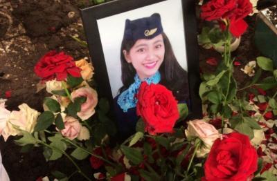Mawar Merah Hiasi Makam Pramugari Oke Dhurrotul Jannah, 'We Love You'