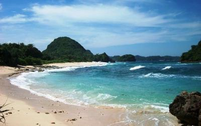 Pantai Goa Cina, Tempat Liburan Asyik Buat Camping hingga Berburu Sunset