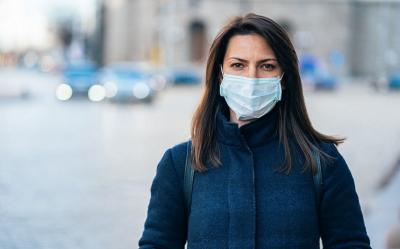 Haruskah Tetap Pakai Masker saat Dihampiri Pelayan di Restoran?