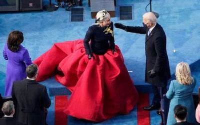 Lady Gaga Pakai Gaun Merah di Pelantikan Joe Biden, Eye-Catching Banget!