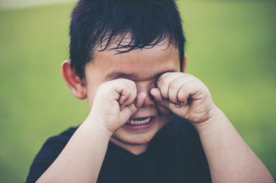 4 Cara Ampuh Tenangkan Anak yang Menangis Minta Gadget