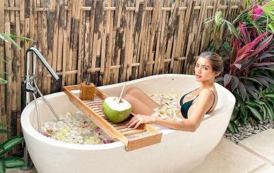 Seksi Berbikini, Jessica Iskandar Berendam Manja di Bathup