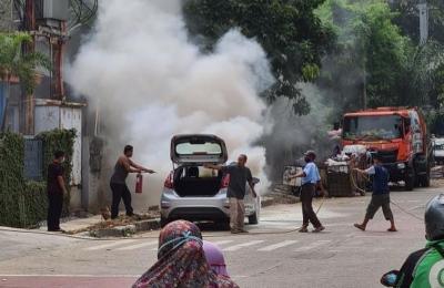 Mobil Sedan Terbakar di Kebon Jeruk, Ini Dugaan Penyebabnya