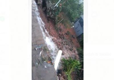 Hujan Deras Sejak Pagi, Turap di Jatiasih Bekasi Longsor