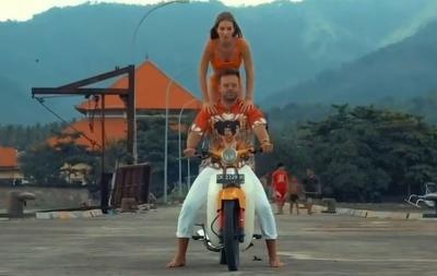 Sergey Kosenko Dideportasi, Teman Wanitanya Asyik Nikmati Sunset di Pantai Bali