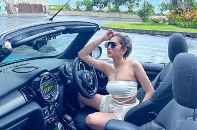 4 Pose Seksi Hana Hanifah Pakai Bra Kemben, Netizen: Awas Melorot!