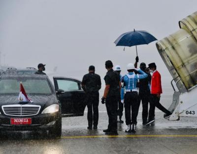 Hujan Deras Iringi Kedatangan Presiden Jokowi di Palembang