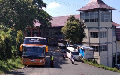 Nekat Masuk Kudus, Bus Wisatawan Dipaksa Putar Balik