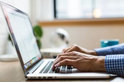 Tips Jaga Kesehatan Mata saat Seharian Bekerja Menatap Laptop