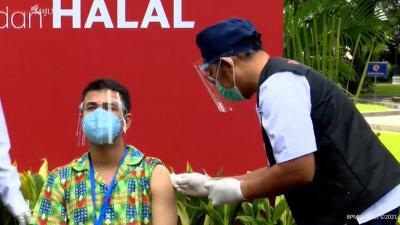 Gaya Raffi Ahmad Tampil Jalani Vaksinasi Covid-19 Tahap Kedua