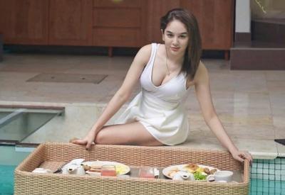 Gaya Menggoda Hana Hanifah Sarapan di Kolam Renang, Netizen: Cantiknya Bidadari Banget!