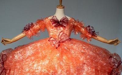 Viral! Seniman Ini Menciptakan Gaun dari Ribuan Bungkus Kue