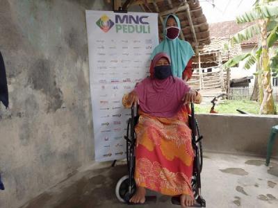 Warga Bekasi Ini Terharu Dapat Kursi Roda dari MNC Peduli