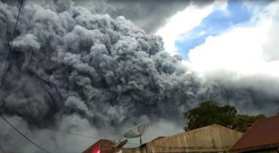 Gunung Sinabung Luncurkan Guguran Awan Panas Sejauh 2 Km