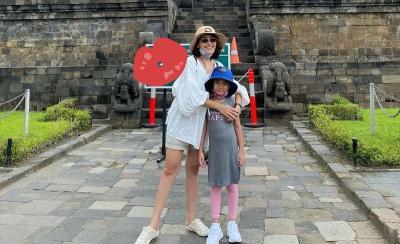 Hilangkan Penat, Ayu Ting Ting Ajak Keluarga Traveling ke Candi Borobudur