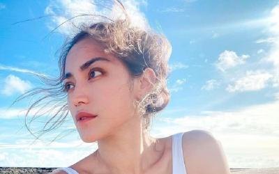 Jessica Iskandar Pakai Bikini Pose Seksi di Sofa, Netizen: Makin Aduhai