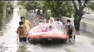 Cerita Sejoli yang Menikah di Kala Banjir Melanda Bekasi