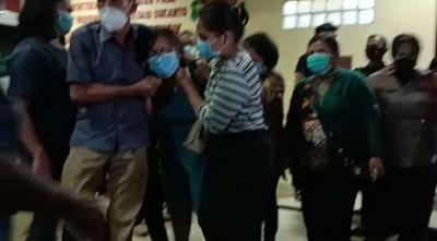 Melihat Jasad Suaminya, Istri Korban Penembakan Cengkareng Menangis Histeris di RS Polri