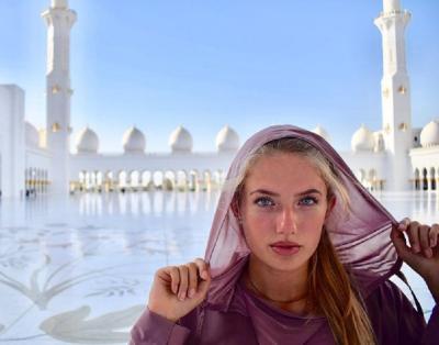 Berkerudung saat Kunjungi Masjid, Cantik Mana Sabina Altynbekova atau Alica Schmidt?