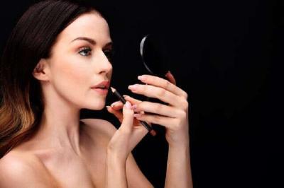 5 Cara Aplikasikan Liquid Lipstik Supaya Tahan Seharian