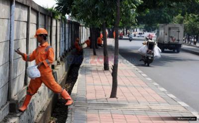 Pasukan Oranye Ditabrak Motor di Cipayung hingga Terpelanting saat Bertugas