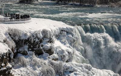 Menakjubkan! Indahnya Air Terjun Niagara saat Membeku
