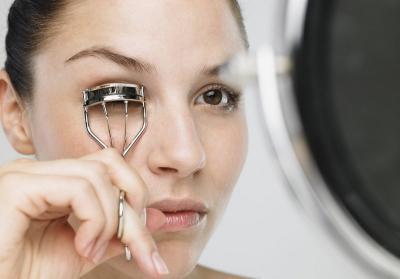 5 Cara Lentikkan Bulu Mata Paling Mudah