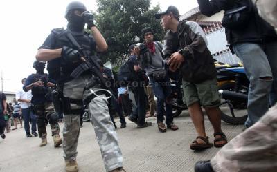 Tangkap 12 Terduga Teroris di Jatim, Polri Amankan Senpi Rakitan dan Amunisi