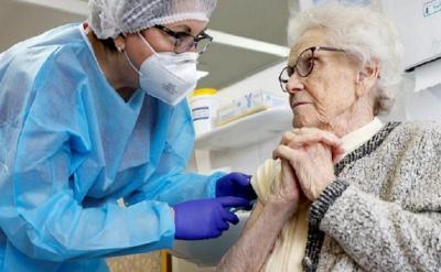 Vaksinasi Covid-19 untuk Lansia Dilakukan Sistem Drive Thru