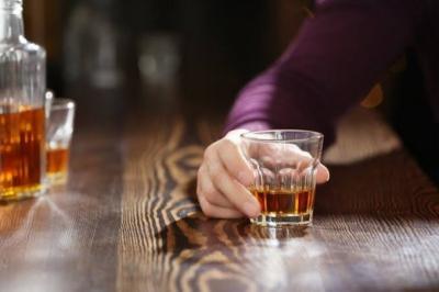 Hati-Hati, Banyak Minum Alkohol Bisa Sebabkan Jerawat hingga Penuaan Dini