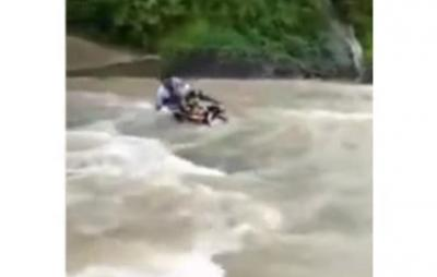 Viral Video Guru Gunakan Motor Terobos Sungai demi Tunaikan Tugas