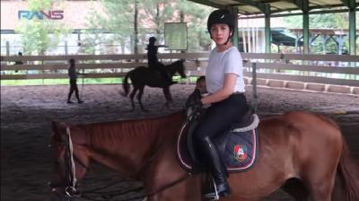 Nagita Slavina Berkuda, Netizen Syok Harga Helmnya: Bisa Ngademin Ubun-Ubun