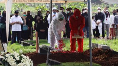Berita Foto: Suasana Haru Pemakaman Rina Gunawan dengan Protokol Ketat