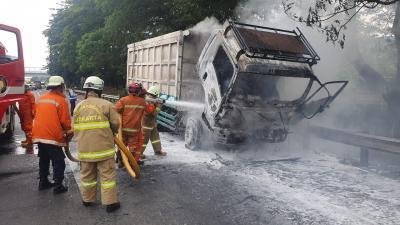 Truk Pengangkut Batu Bara Hangus Terbakar di Tol JORR, Ini Penyebabnya
