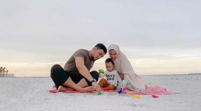 Intip Kehangatan Keluarga Islami Lindswell Kwok saat Liburan di Pantai
