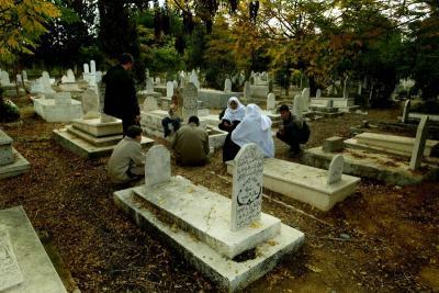 Benarkah Hantu di Pemakaman Elite Nampak Lebih Berkelas?