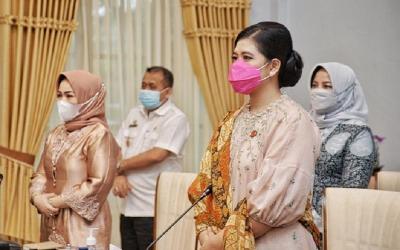 Gaya Kahiyang Ayu Hadiri Rakernas Dekranas, Masker Pink Curi Perhatian!