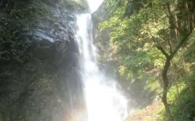 Menikmati Keelokan Air Terjun Pelangi, Airnya Jernih Bisa Langsung Diminum