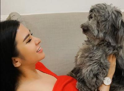 Foto Bareng Anjing, Lucu Mana Paige Spiranac atau Maria Vania?