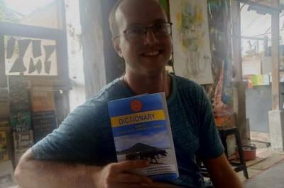 Cinta Lombok, Bule Amerika Ini Rela Bikin Kamus Bahasa Sasak