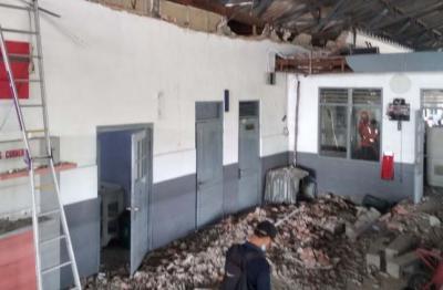 Duh, Tembok Ruang Tunggu di Stasiun Pekalongan Ambruk