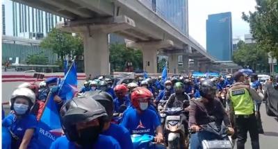 Jalan Rasuna Said Jadi 'Lautan Biru', Teriakan Lawan Moeldoko Bergema Depan Kemenkumham