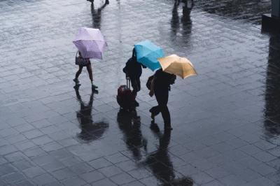 Hari Ini, Jakarta Timur dan Selatan Hujan Disertai Petir dan Angin Kencang