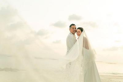 Menikah di Maldives, Cantiknya Julie Estelle dengan Gaun Backless