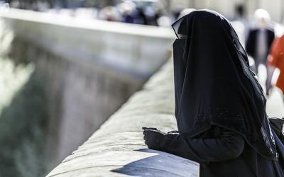 Pakaian Warna Hitam Buat Muslimah Apakah Diatur dalam Islam?