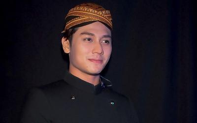 4 Gaya Rizky Billar, Aktor Ganteng yang Baru Buka Restoran