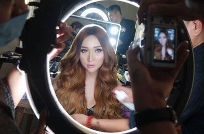 Mengaku Jadi Miss Uniperes 2021, Intip 4 Gaya Heboh Lucinta Luna