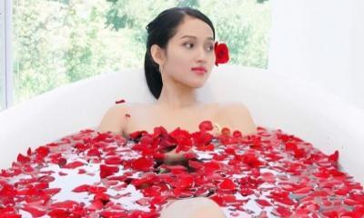 Asyiknya Era Setyowati alias Sierra Mandi Kembang di Hotel Bandung