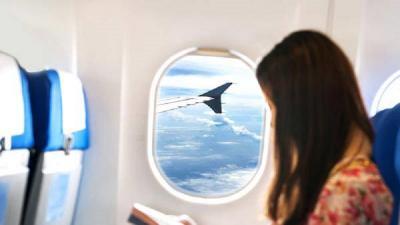Jangan Nyender di Jendela Pesawat, Pramugari Ini Ungkap Fakta Menyeramkan