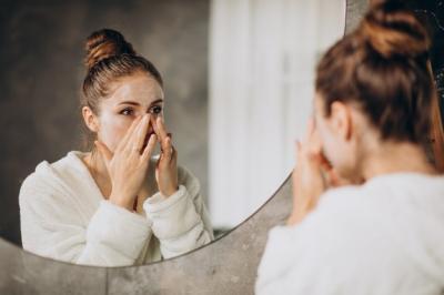 10 Cara Aman Merawat Kulit Wajah meski Sedang Muncul Jerawat